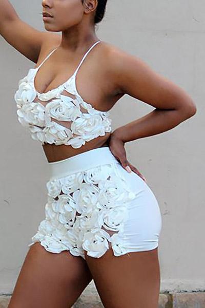 Sexy en forme de U col manches roses décorer blanc en dentelle en deux pièces en short ensemble